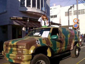 痛車とレイヤーさん.jpg